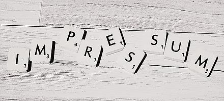"""Das Wort """"Impressum"""" aus Scrabble-Steinen gelegt"""