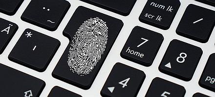 Eine PC-Tastatur - eine Taste zeigt einen Fingerabdruck