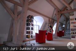 Ein Raum mit Bücherregalen und Lesesesseln