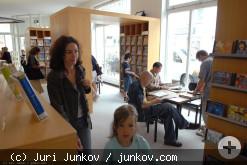 Menschen im Zeitschriftenbereich der Stadtbibliothek
